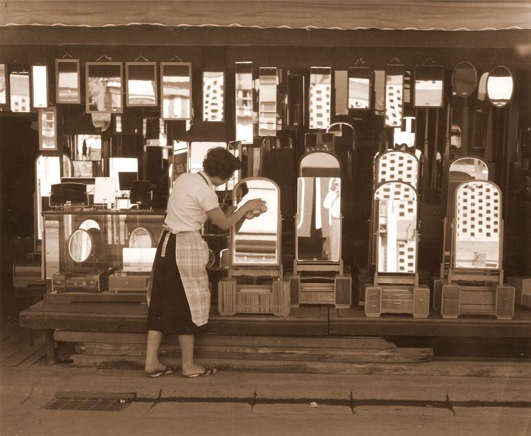 昭和20年代のミラー専門店岡本鏡店の様子